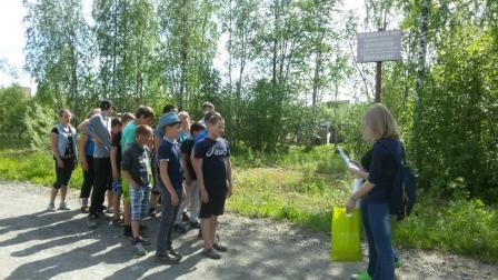 На экологической тропе учащиеся СШ им. В.П. Астафьева