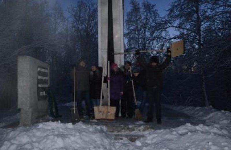Уборка возле памятника погибшим игарчанам